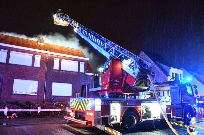 De brandweer kwam ter plaatste voor de brand aan de Oude Baan in Waarloos.