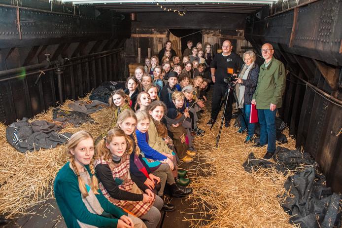 """De Goudse filmclub Toverlint verfilmt boek """"Vergeten kinderen"""" van Jessica Verhagen. Het ruim van een vrachtschip is het decor voor de film."""