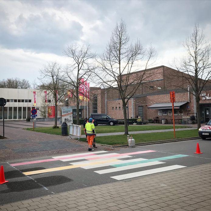 Het regenboogzebrapad werd dinsdag aangelegd.