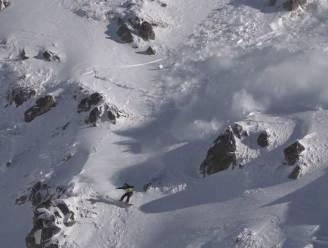 Snowboarder ontsnapt op het nippertje aan lawine