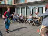 Clown aan het raam bij De Wiekenborg in Eersel