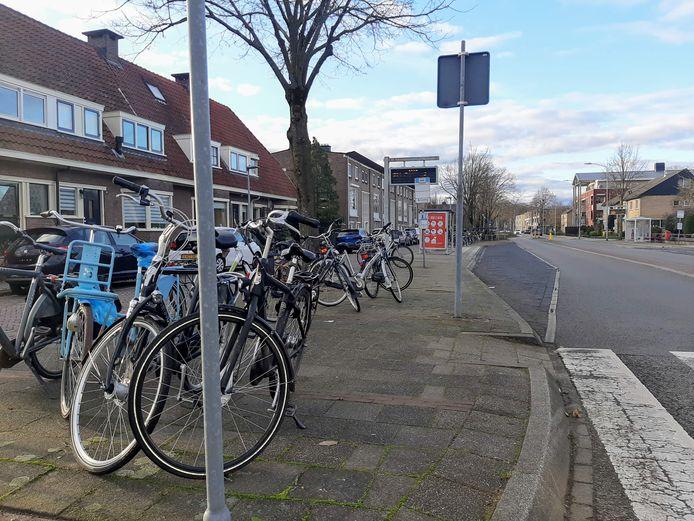 Nu is het soms nog een rommeltje bij de bushaltes aan het einde van de Kraakselaan in Doesburg. Als er in 2021 een nieuwe, ruimere fietsenstalling komt moet dat anders worden.