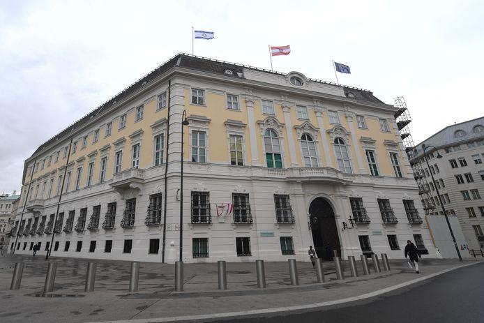 De Israëlische vlag wappert naast de Oostenrijkse en de Europese aan de federale kanselarij in Wenen.