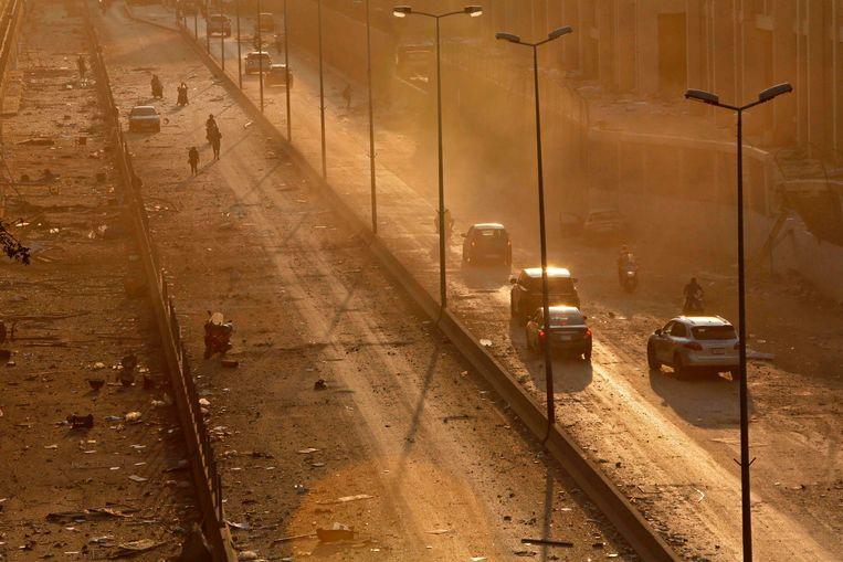 Debris, een hoofdweg in Beiroet, na de ontploffing. Beeld AFP