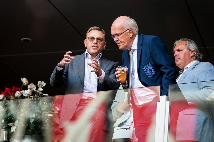 Kees Bakker in clubkostuum van Vitesse in 2016 in gesprek met de Russische eigenaar van de Arnhemse club Valeri Oyf.