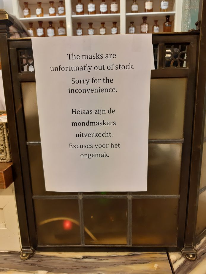 'De mondkapjes zijn uitverkocht' in de Hofstad Apotheek aan de Korte Poten in Den Haag.