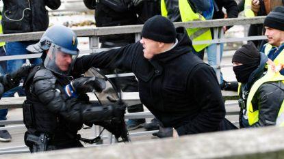 Ex-bokser die agenten neersloeg tijdens protest 'gele hesjes' riskeert tot 30 maanden cel