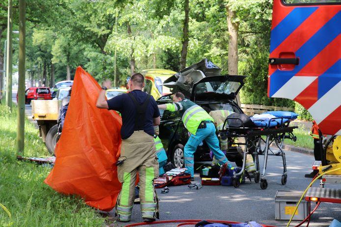 Bij een ongeluk op de Arnhemse Bovenweg in Zeist raakte een persoon zwaargewond.