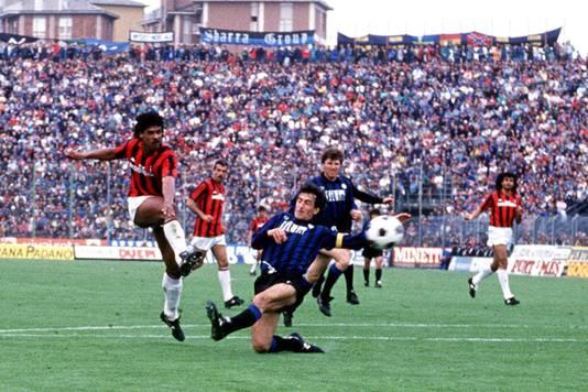 Frank Rijkaard maakt de winnende goal tijdens Atalanta - AC Milan (1-2) op 2 april 1989.