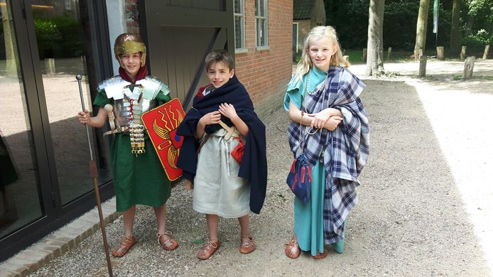 Benjamin, broertje Rufus en Lisa in Romeinse en Bataafse kleren