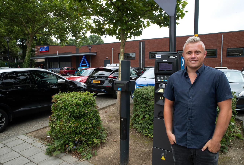 """Bernardo Loesberg bij een parkeerautomaat in Zevenaar. ,,Nee, ik kom niet op woensdag of donderdag omdat parkeren dan gratis is. Ik ga wanneer het uitkomt."""""""