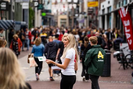 Cityhosts in de binnenstad van Arnhem delen spelregels uit voor fijn en veilig winkelen.