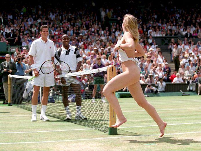 MaliVai Washington en Richard Krajicek zien lachend Melissa Johnson langsrennen voor de finale van Wimbledon.