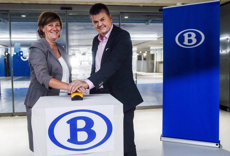 CEO van NMBS Sophie Dutordoir en burgemeester Bart Somers (Open Vld).