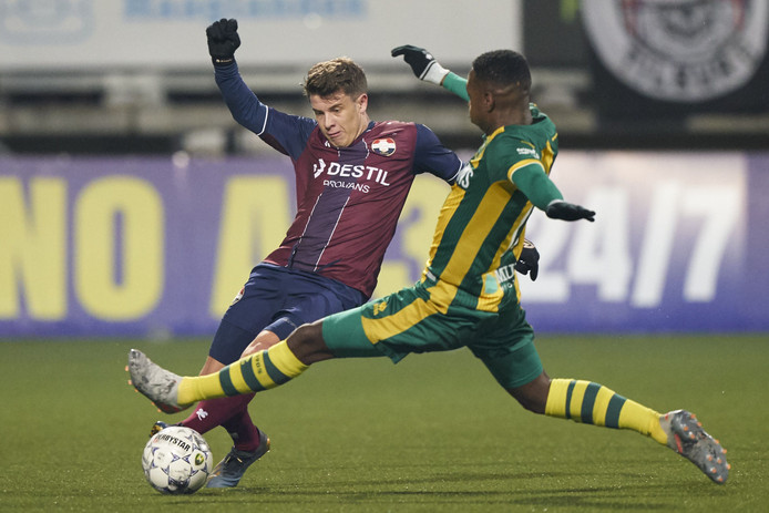Mats Köhlert (l) in duel met Shaquille Pinas van ADO Den Haag.