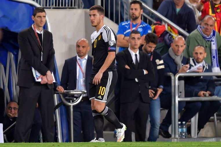 Hazard kijkt niet echt opgezet richting Wilmots, al bleef zijn reactie na de vervanging professioneel.