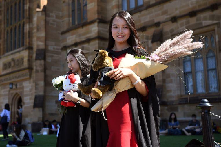 Een Chinese studente (ze komt niet voor in het artikel) is afgestudeerd aan de universiteit van Sydney.  Beeld AFP