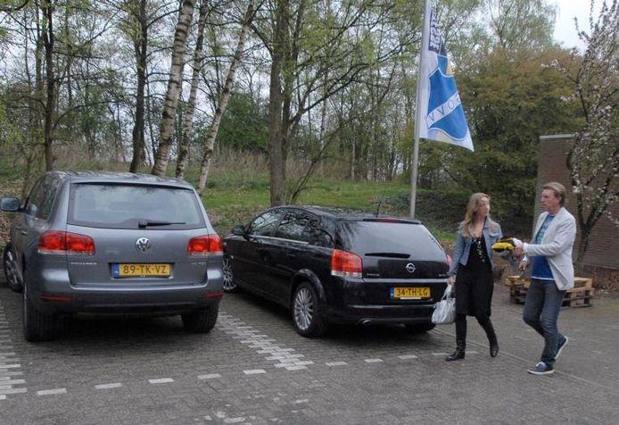 In gezelschap van zijn dochter en zaakwaarneemster Tessa de Mos verlaat Aad de Mos voor de laatste keer De Slenk, de trainingsaccommodatie van Vitesse op sportcentrum Papendal. foto Jan Wamelink