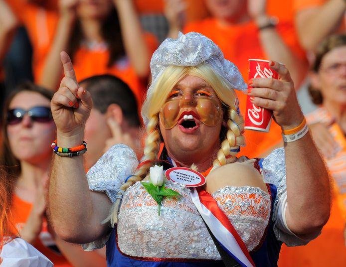 Oranjefans die het Europees kampioenschap bezoeken, doen er volgens virologen verstandig aan om zich bij klachten te laten testen.