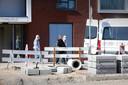 Bewoners verlaten Mookerhof in Mook vanwege een corona-uitbraak.