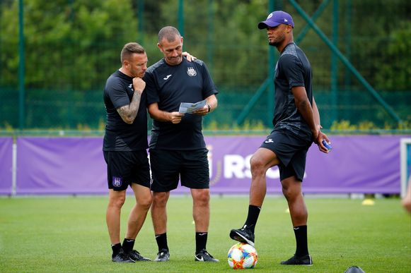 Craig Bellamy (links) met Simon Davies en Vincent Kompany.