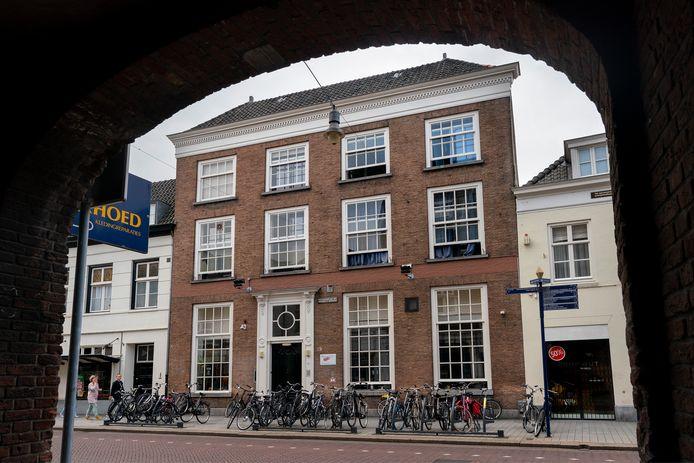 Het Inloopschip aan de Hinthamerstraat in Den Bosch biedt plaats aan dak- en thuislozen. De Maatschappelijke Opvang wil de locatie over een paar jaar sluiten.