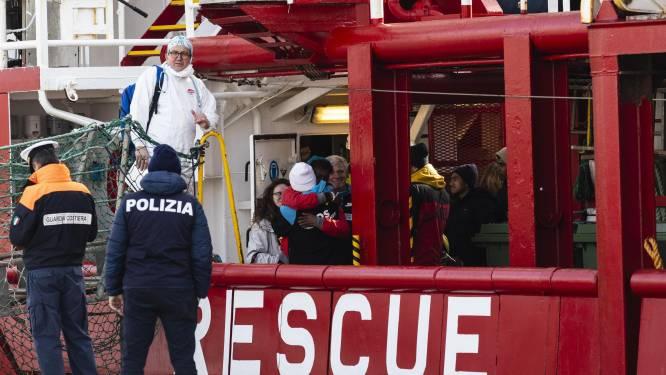 Migranten die werden gered door Deense tanker mogen na 40 dagen op zee eindelijk aan wal in Italië