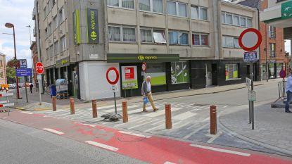 Na klachten van winkeliers: omstreden houten paaltjes in Kattestraat worden weggehaald