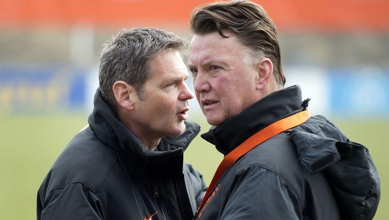 Teamarts Edwin Goedhart (l) overlegt met bondscoach Louis van Gaal. Beeld null
