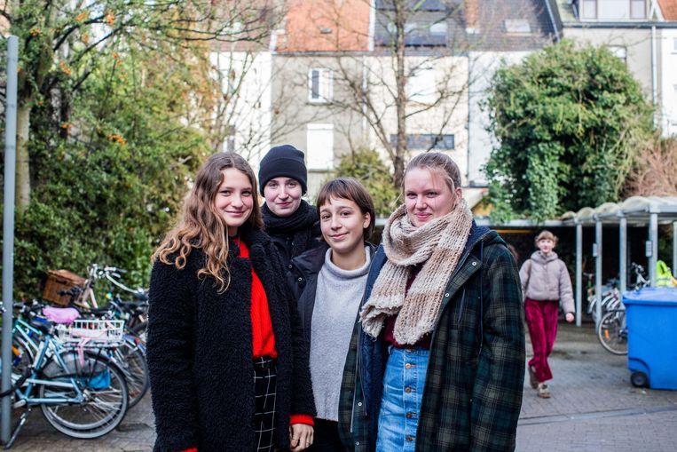 Hannah, Stien, Mara en Mila gingen niet naar Brussel. 'Ik denk dat we ook andere zaken kunnen doen, lokaal dan.' Beeld Thomas Legreve