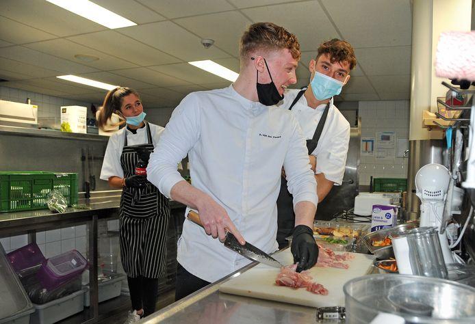 Scalda-studenten Kim Dalebout, Ammer van der Zwart en Fabian Schipper aan het werk in de keuken van hotel De Zeeuwse Stromen in Renesse.