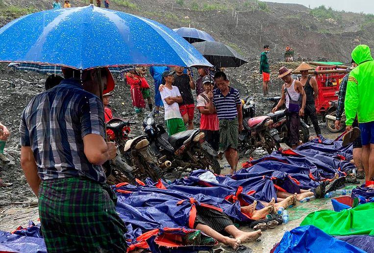 Slachtoffers van de moddergolf die ontstond toen een berg mijnafval na zware regenval verzakte.  Beeld AP