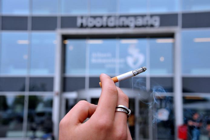 Vanaf 18 oktober is het verboden een sigaret op te steken voor de deur van het ziekenhuis.