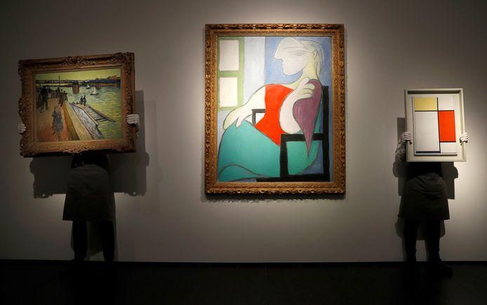 Helemaal rechts het werk 'Composition: No. II with Yellow, Red and Blue' van Piet Mondriaan.