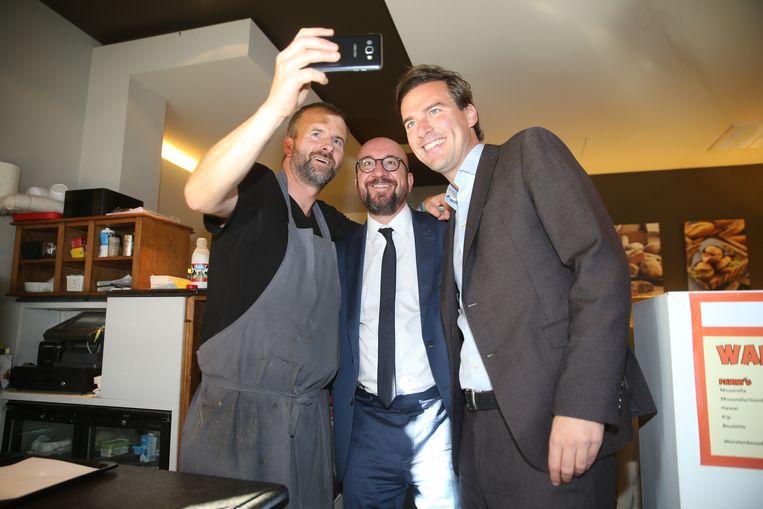 De bakker bij bakkerij Croissy wou alvast een selfie met kandidaat-burgemeester Mathias De Clercq en premier Michel.