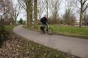Het huidige fietspad aan het einde van de Hunenborg in de wijk Ooievaarsnest/Hanevoet in Eindhoven. Dit is het voorkeurstracé van de gemeente voor een snelfietspad. Het inspraakproces met de buurt krijgt nu een nieuwe kans.