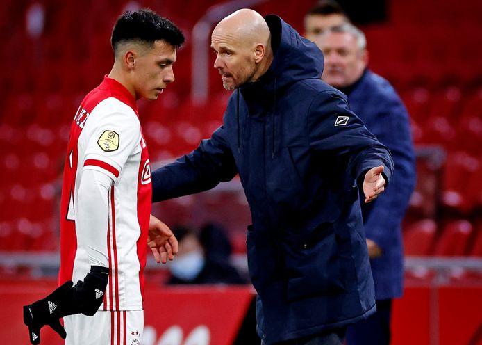 Ajax-coach Erik ten Hag in een moeilijk onderonsje met Lisandro Martínez