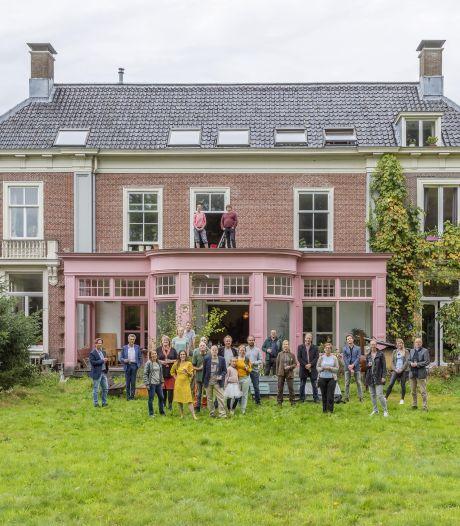 Het vroegere kraakpand met de roze kozijnen is verkocht, maar de 22 bewoners mogen in villa Sandwijck blijven wonen