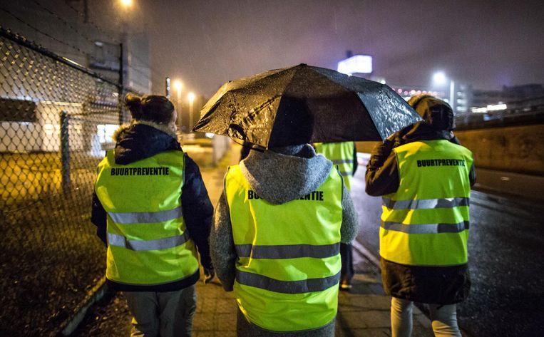 Een buurtpreventie team maakt een rondje in het Eindhovense stadsdeel Strijp. Beeld Freek van den Bergh