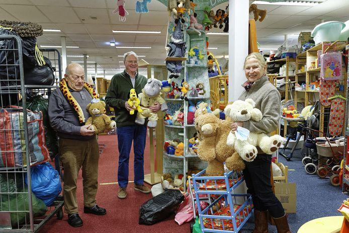 Tini van den Berg (midden) samen met vrijwilligers Frans en Leni in het pand van de Vincentius-kringloopwinkel in Boxtel.