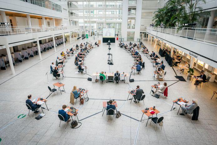 Een vergadering van de Haagse gemeenteraad in het Atrium van het stadhuis in Den Haag.