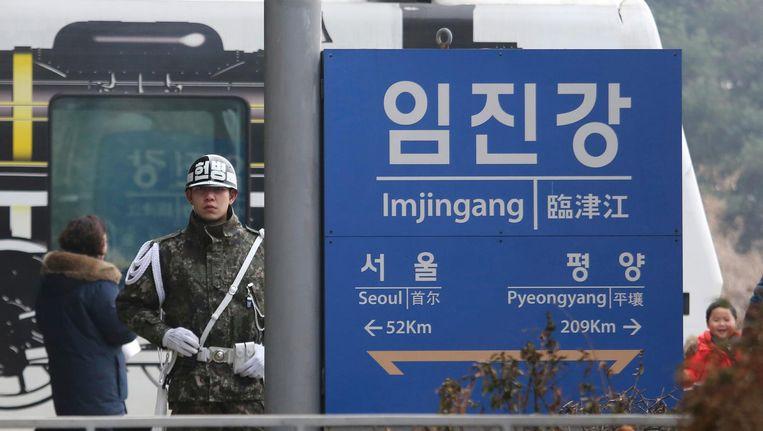 Een bord vlakbij de grens tussen de twee Korea's staat de afstand naar de hoofdsteden aangegeven. Beeld ap