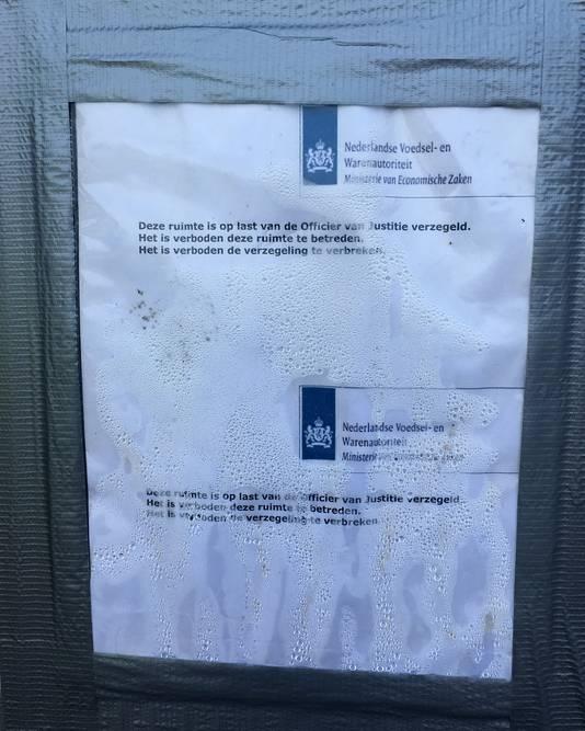 Een NVWA-brief op de deur van de bedrijfsloods van Chickfriend in Lunteren.