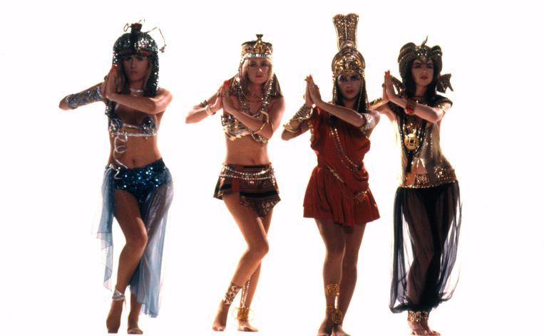 The Bangles in de videoclip van 'Walk Like an Egyptian', in 1986.  Beeld Alamy Stock Photo