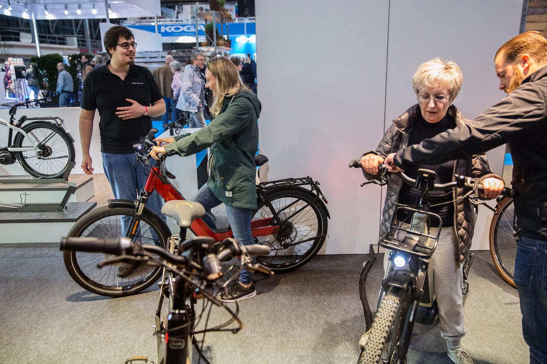 Een testrit op een e-bike is populair tijdens de beurs. Beeld Arie Kievit