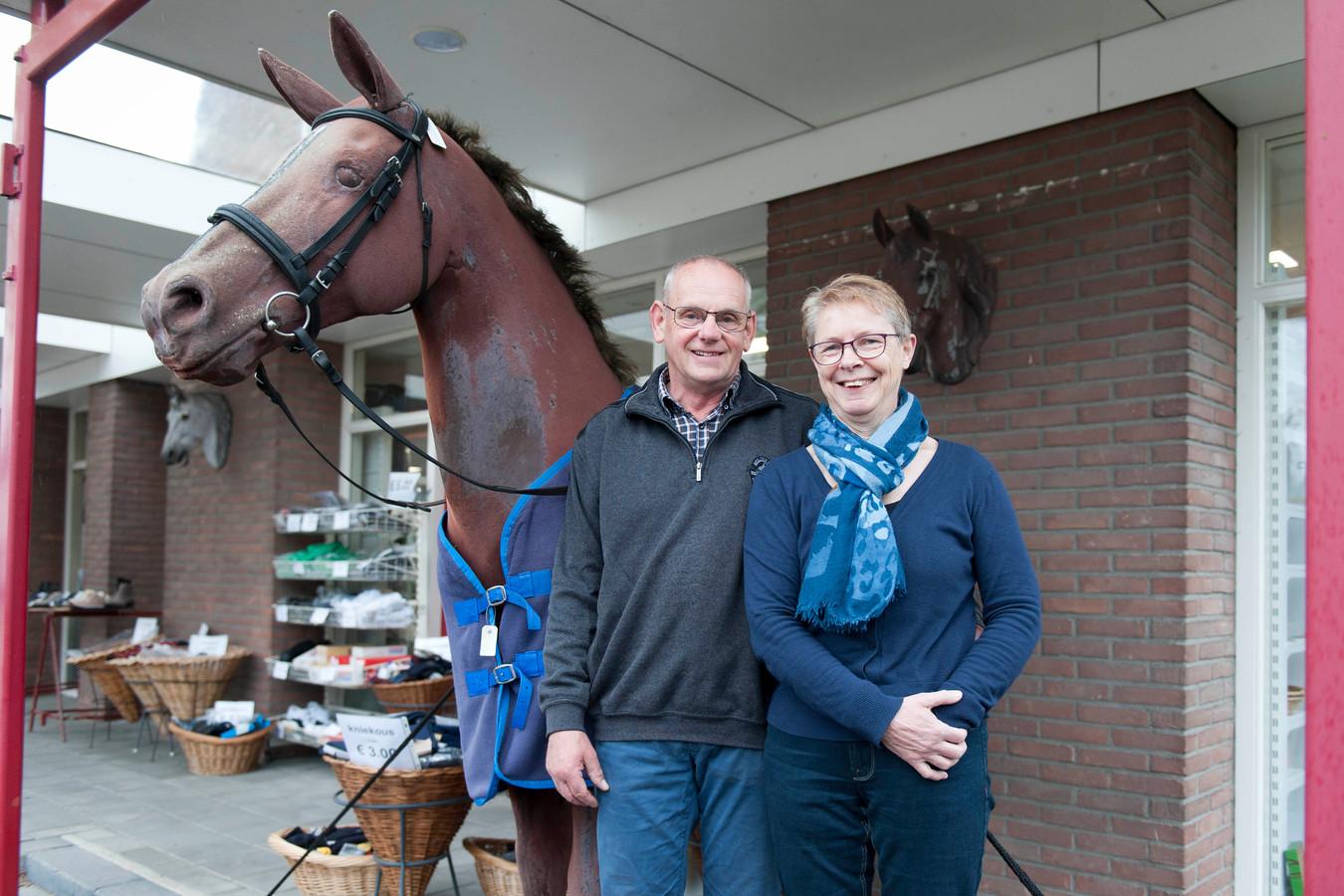 Gerard en Willemien Simons hebben hun bijzondere winkel ruim veertig jaar gerund en gaan nu van hun pensioen genieten.