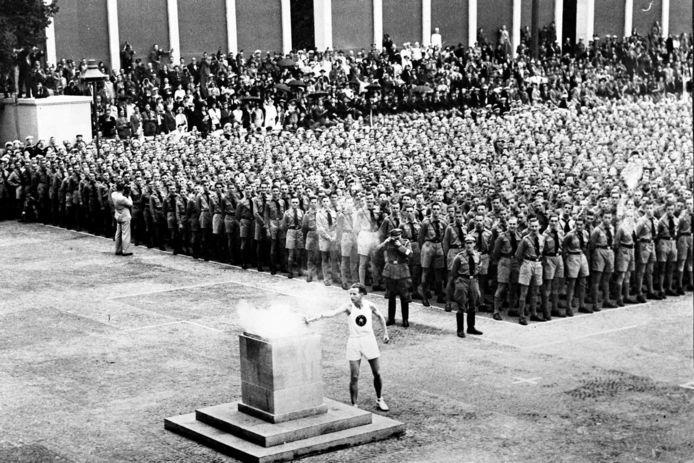 1936: de olympische vlam van de omstreden Olympische Spelen van Berlijn wordt ontstoken.