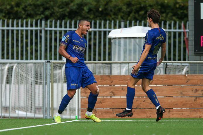 Georgios Giakoumakis (links) juicht na zijn derde doelpunt.