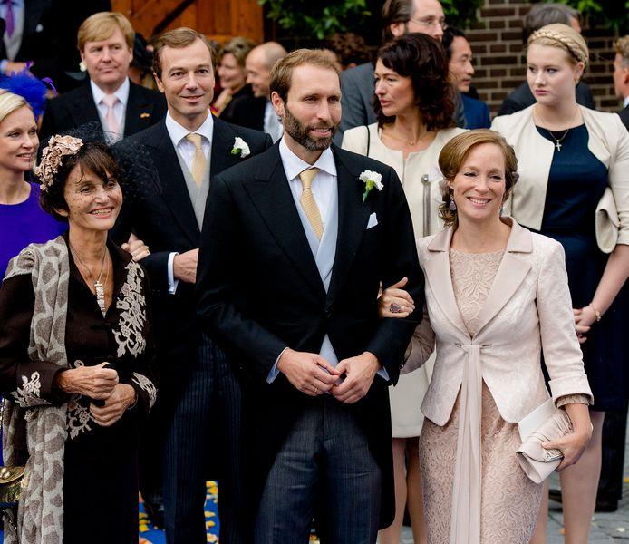 Prinses Maria Teresa van Bourbon-Parma (links).