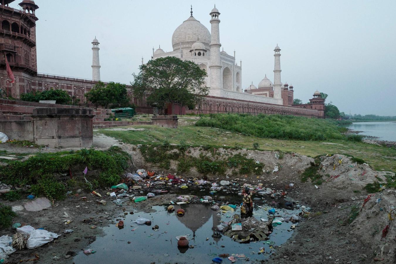 De Taj Mahal weerkaatst in het rioolwater dat geloosd wordt op de rivier Yamuna.